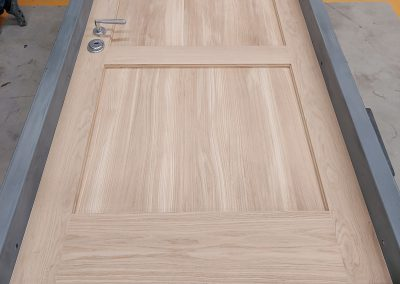 Munitus RC4 apartment door with natural oak panels