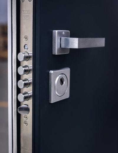 Munitus Security door with lock mat accessories