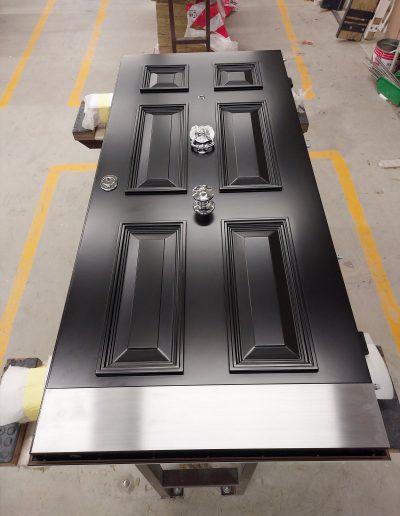 Munitus security front door with knocker
